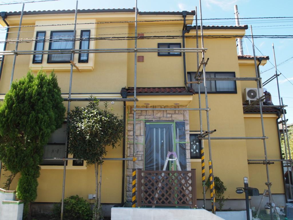 黄色に塗った破風板と外壁